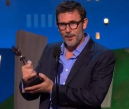 Michel Hazanavicius recogiendo su estatuilla en Los Film Independent Spirit Awards